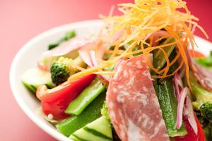 Diez tipos de verduras y ensalada de jamón Ensalada especial Padma