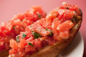温かいガーリックトーストにフレシュトマトがgood!トマト&バジルのブルスケッタ
