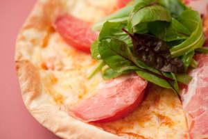 焼きたてピザに、生ハムとサラダをトッピング!パドマピザ