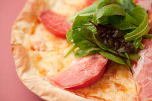 Padma Special Pizza<br />Pizza con tomate fresco, jamón crudo y ensalada